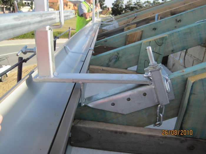 Roof rail edge protection