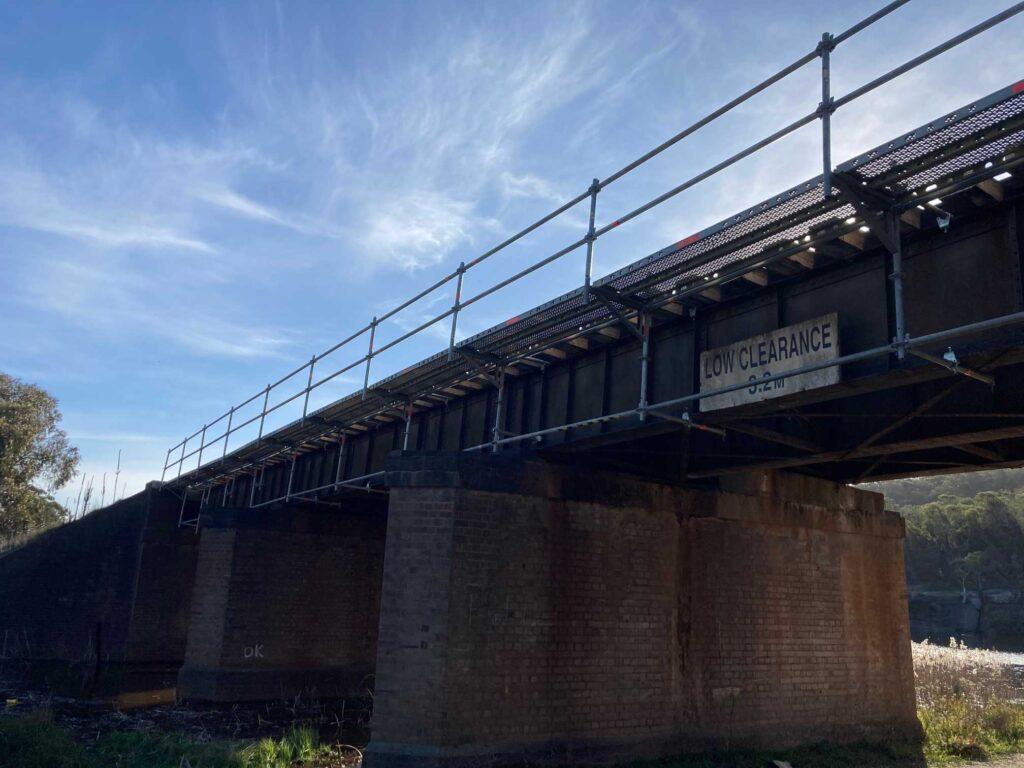 Guardrail-to-railway